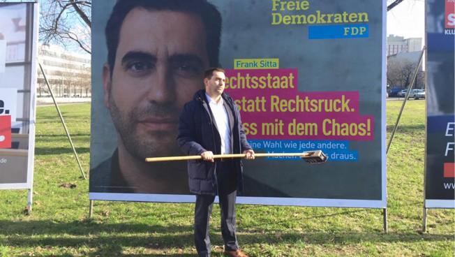 Frank Sitta beim Enthüllen des zweiten Wahlkampfmotivs